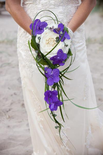 vacker brudbukett med vita och lila blommor